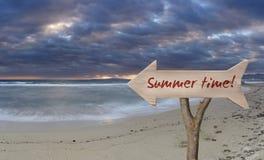 trätecken som indikerar sommartid Arkivfoto