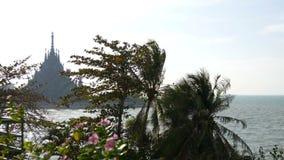 Trätempel av sanning i Pattaya, Thailand Sikt på den höga och original- templet från kusten arkivfilmer