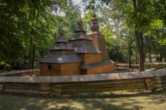 Trätempelkyrka av St Nicholas ursprungligen från den slovakiska byn Habura i Hradec Kralove trädgårdar, gammal historisk byggnad  royaltyfri fotografi