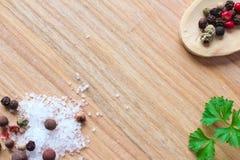Trätexturbakgrund med matlagningingredienser Arkivfoto