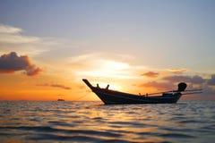 Träthailändskt fartyg för lång svans och guld- solnedgång på Koh Phangan lopp, sommar, semester och tropiskt strandbegrepp Royaltyfri Foto
