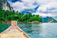 Träthailändskt fartyg på den Ratchaprapha fördämningen på Khao Sok National Park Arkivfoto