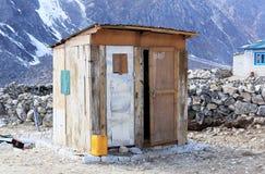 Trätoalett i bergen av himalayasna Everest region, Arkivfoto