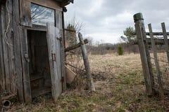 Trätoalett i Ryssland Arkivbilder