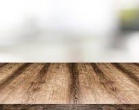 Trätomt tabellbräde framme av suddig bakgrund Kan vara arkivfoton