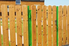 Träträdgårds- staketdörr Wood staket - wood fäktning för hus royaltyfri fotografi
