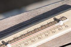 Träträdgårds- termometer på en gata i ett landshus Fotografering för Bildbyråer