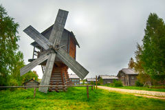 trätraditionell windmill Arkivfoton