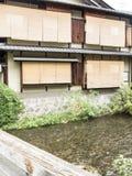 Trätraditionella hus längs den Shirakawa kanalen i gamla Gion Fotografering för Bildbyråer
