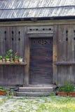 Trätraditionellt romanian hus royaltyfria bilder