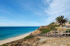 Trätrappa som leder till den härliga sandiga stranden av den Salema byn Vila do Bispo område Faro, Algarve, sydliga Portugal arkivfoto