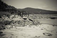 Trätrappa som leder till stranden Arkivfoto