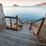 Trätrappa som ner går till havskusten Royaltyfri Bild