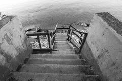 Trätrappa som ner går till stranden Royaltyfri Fotografi