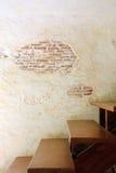 Trätrappan up och den gamla trasiga väggen Fotografering för Bildbyråer