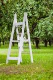 Trätrappuppgång i äppleträdgården royaltyfria bilder