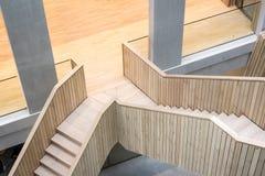 Trätrappuppgång i en modern kontorsbyggnad arkivfoto