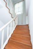 Trätrappuppgång som göras från laminatträ i det vita huset Arkivbilder