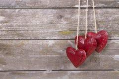 Trätre röda hjärtor Fotografering för Bildbyråer