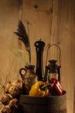 Trätrumma för Broun färgstilleben med grönsaker Arkivfoton