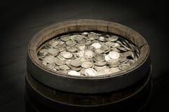 Trätrumma med mynt Royaltyfri Fotografi