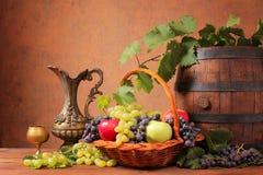 Trätrumma och ny frukt Royaltyfria Bilder