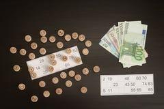 Trätrummalotto, kort och euro Svart trätabell Royaltyfria Bilder