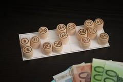 Trätrummalotto, kort och euro Svart trätabell Royaltyfri Bild