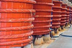 Trätrummor i en fabrik för fisksås på den Phu Quoc ön Arkivfoto