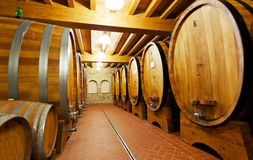Trätrummor med vin Arkivbilder
