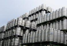 Trätrummor pilled upp i en bunt Moderne brouwerij Arkivbild