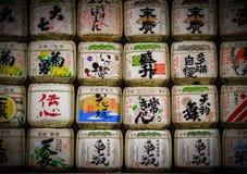 Trätrummor staplade av Meiji Shrine royaltyfria bilder