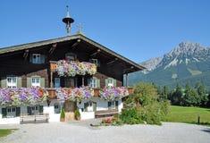 Trätyrolean hus, Ellmau, Tirol, Österrike royaltyfri bild