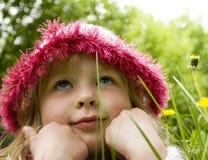 Träume der kleinen Mädchen im Gras Stockbilder