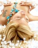 Träumen blond im Bett mit Schneeflocken Stockfotografie