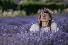Träumen der Frau auf dem Lavendelgebiet Stockbilder