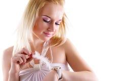 Träumen der Frau, die Uhr betrachtet Stockbild