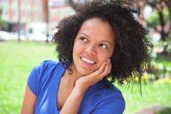 Träumen der karibischen Frau in einem blauen Hemd Lizenzfreies Stockfoto