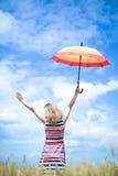 Träumen der romantischen Frau mit Regenschirm in Lizenzfreie Stockfotos