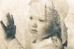 Träumen des kleinen Jungen, das Fenster heraus schauend, Doppelbelichtung Lizenzfreies Stockfoto