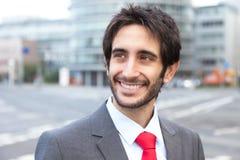 Träumen des lateinischen Geschäftsmannes mit Bart in der Stadt Stockfotografie