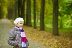 Träumen des netten kleinen Mädchens im Park Stockfotos