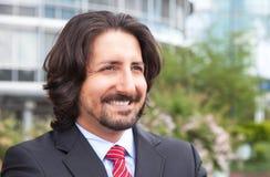 Träumen des türkischen Geschäftsmannes mit Klage vor seinem Büro Lizenzfreie Stockbilder