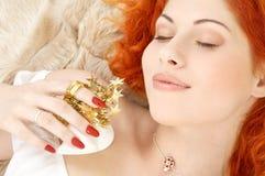 Träumen von Redhead mit weißes Weihnachtsglocken Lizenzfreies Stockfoto
