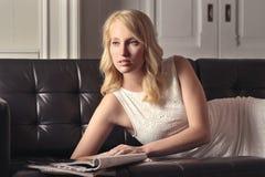 Träumende Frau auf einer Couch Lizenzfreie Stockfotografie