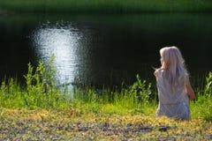 Träumendes Mädchen auf Ufer lizenzfreies stockfoto
