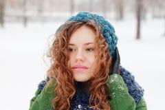 Träumendes Mädchen betrachtet weg Wintertag im Freien Stockfotografie