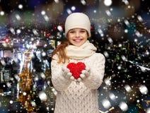 Träumendes Mädchen im Winter kleidet mit rotem Herzen Lizenzfreie Stockfotografie