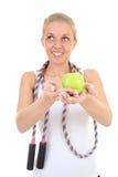 Träumendes Mädchen mit überspringendem Seil und Apfel Lizenzfreie Stockbilder