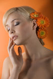 Träumendes Mädchen mit Blume Stockbild